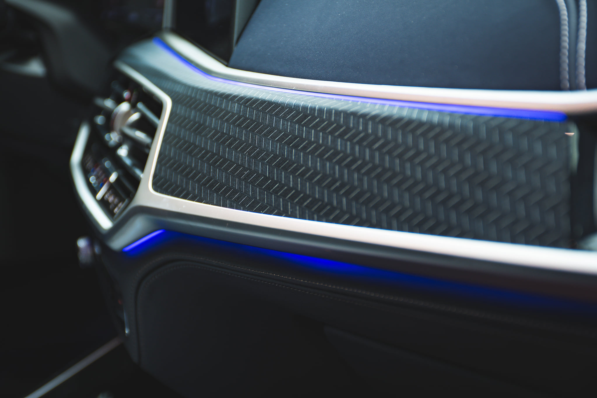 Name:  BMW-X7-Dark-Shadow-Edition-Interieur-Nachtblau-Schwarz-Abu-Dhabi-05.jpg Views: 8814 Size:  287.5 KB